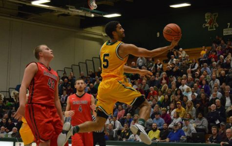Men's basketball falls late