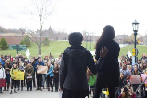 <p>Hundreds of students hold rally to support Mizzou</p>