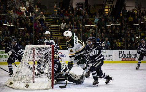 Men's hockey grabs last-minute goal to come back from two-goal deficit