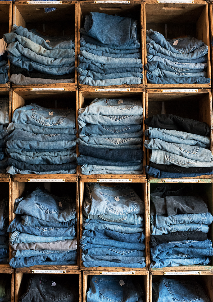 Jeans+in+all+different+sizes+and+colors+have+their+own+section+in+Old+Gold.%0A